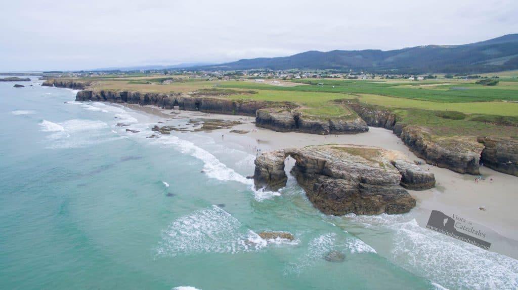 Grabar con dron en Galicia la playa de las catedrales